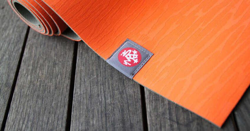 Yogamatte auf Holzboden rutschfest machen